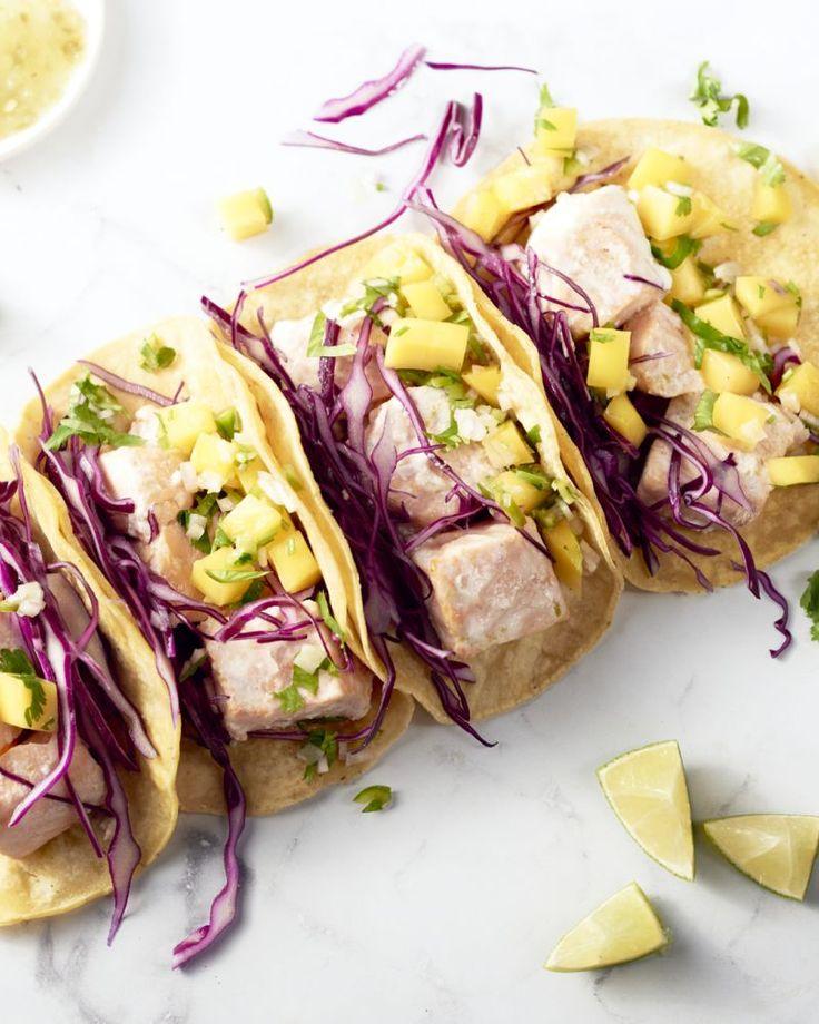 Een heerlijk originele vulling voor Mexicaanse taco's: met zalm gemarineerd in kokosmelk, rode kool & een frisse mangosalsa erbij. Een kleurrijk pittig gerecht!