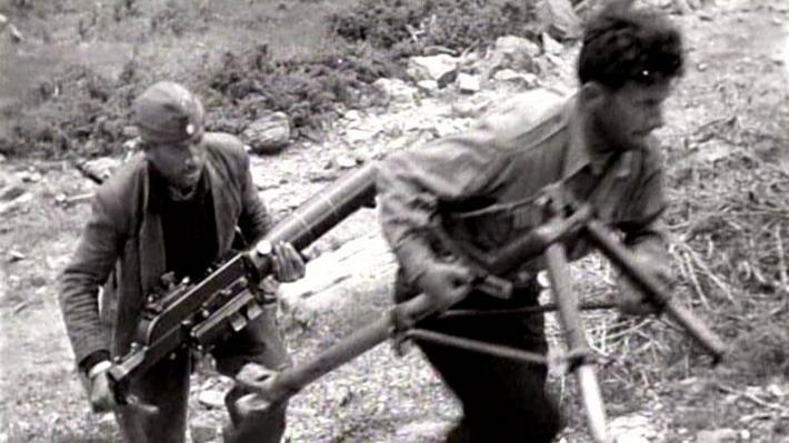 Μαχητές του ΔΣΕ, που κατά τη «ΣΥΡΙΖΑίικη» εκδοχή για την ιστορία, τρέχουν να προλάβουν ανοιχτές τις αγορές