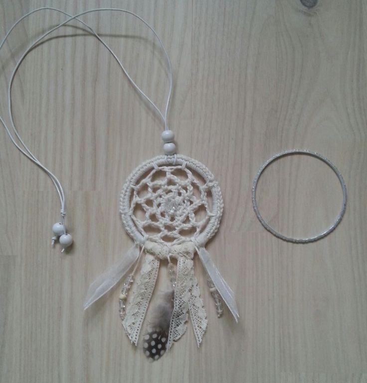 Drömfångare-halsband  - Ringen som jag har virkat runt är ett gammalt armband.