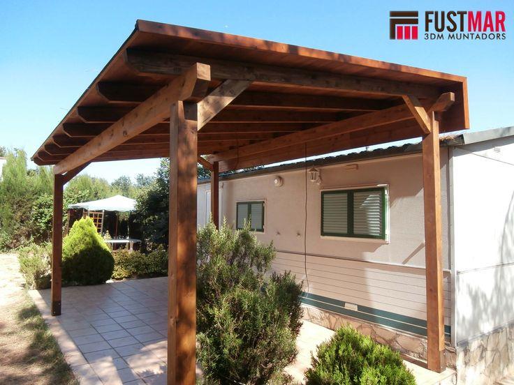 Pergola de madera de abeto laminado lasurado en color nogal con techo de madera machiembrada y - Techos pergolas ...
