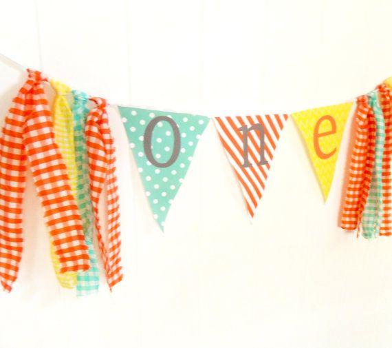 Gland Garland toile de fond, la première chaise haute de joyeux anniversaire bannière, un Bruant, tissu fanion drapeaux Orange, citron vert, jaune, menthe Photo Prop