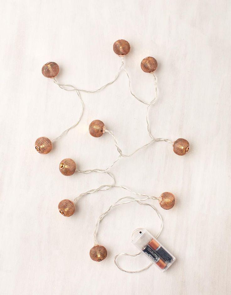 Ljusslinga i form av små kopparfärgade bollar.
