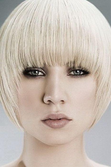 Жемчужный оттенок прекрасно сочетается со стрижкой-шапочкой на тонкие волосы