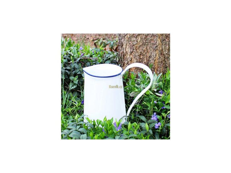 Krásný džbánekčiště bílé barvy s jemně modrou linkou, který evokuje vesnický styl nádobí. Krásný jako váza pro zahradní a luční květiny.