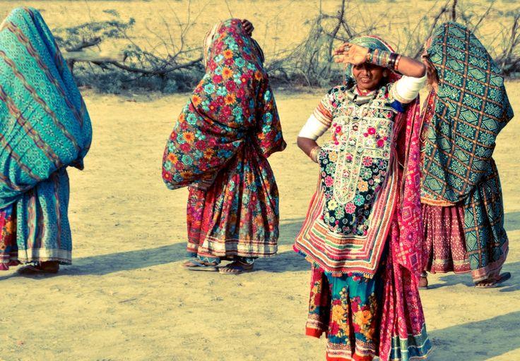 Traditioneel jurkje afkomstig van de Rabari stam uit Gujurat, India.Deze jurkjes zijn onderdeel van de traditionele klederdracht van de Rabari vrouwen. De achterkant van de jurkjes is open (het is een soort schort) .De jurkjes worden allemaal met de hand gemaakt en zijn voorzien van prachtige patronen, borduursels en spiegeltjes.