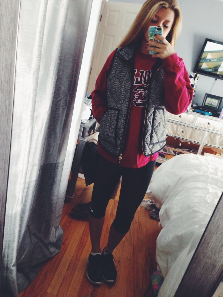 love this whole outfit, leggings, carolina t shirt, black and white patterned vest and black tennis shoes...absolutely in love