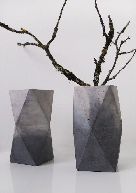 Diese tolle geometrische Betonvase im Marmorlook eignet sich perfekt, um einzelne große Blumen, Zweige oder Blumensträuße in Szene zu setzen. Ca. 16