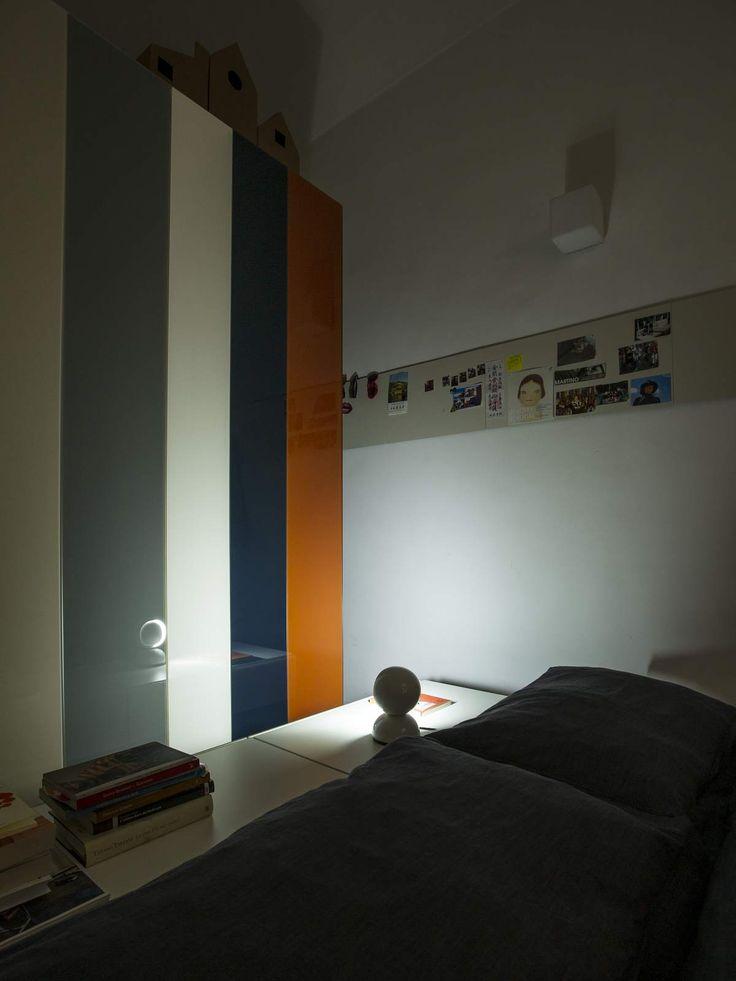 APPARTAMENTO LAGO Via Massena, 25 - Torino la camera da letto è unica: sembra una vecchia diligenza con la volta a botte bianca lunga e stretta in cui un grande armadio e un piccolo armadio creano uno spazio di compensazione e proteggono il letto proiettandolo verso la luce e il cielo. on Appartamento LAGO  http://appartamentolago.com/torino/dsc9203.jpg