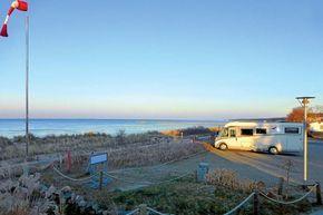 Näher zum Strand geht es nicht als auf diesem Wohnmobilstellplatz an der Ostsee in Lubmin direkt an den Dünen. Auf dem gebührenpflichtigen Stellplatz können sieben Wohnmobile stehen.