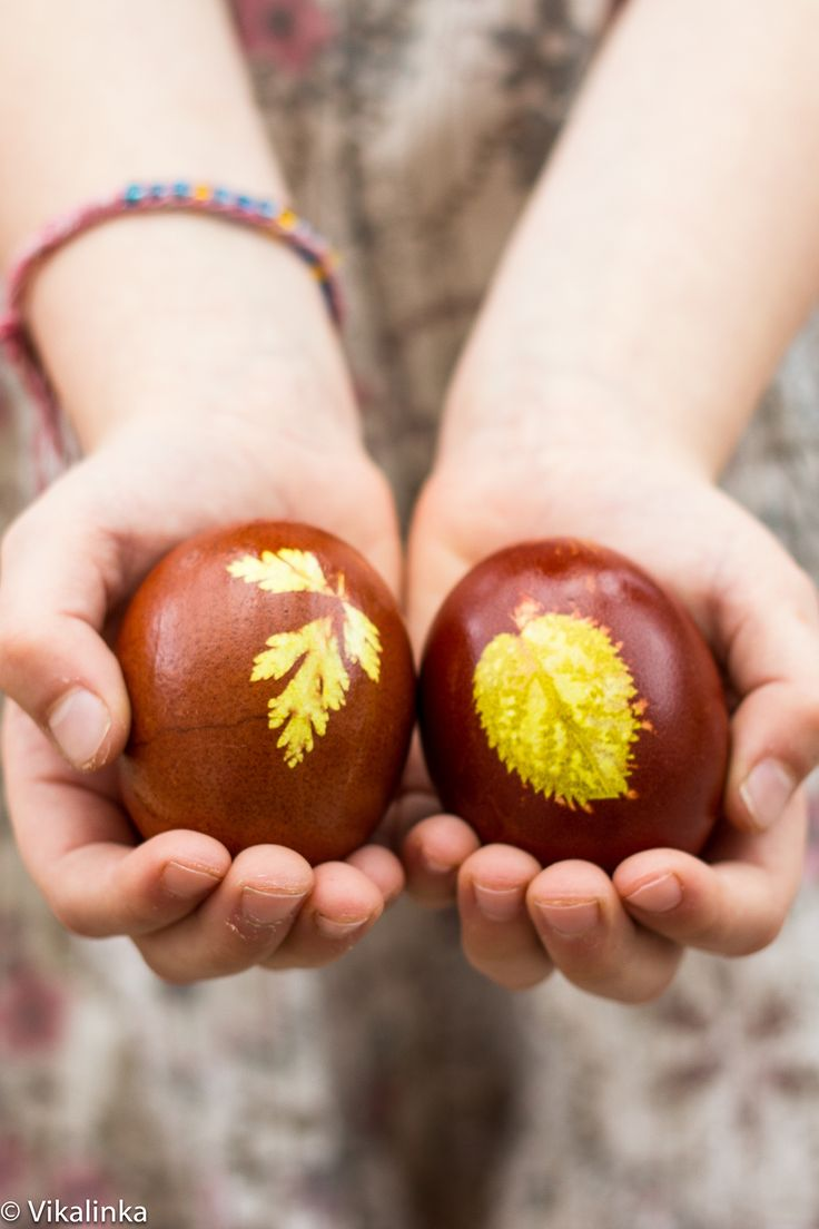 Famous food blogger @juliavfrey shares some of her Russian heritage with these beautiful hand-dyed Easter eggs made from petals, leaves and brown onion skins.  A great #Easter activity to try with the kids.