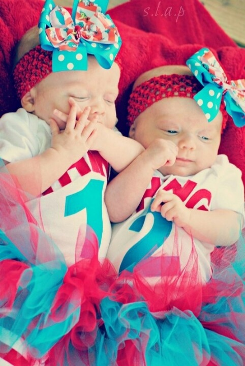 Twins -- best twin halloween costume ever. Look how cute @Lindsay Dillon Farrimond Hammarlund