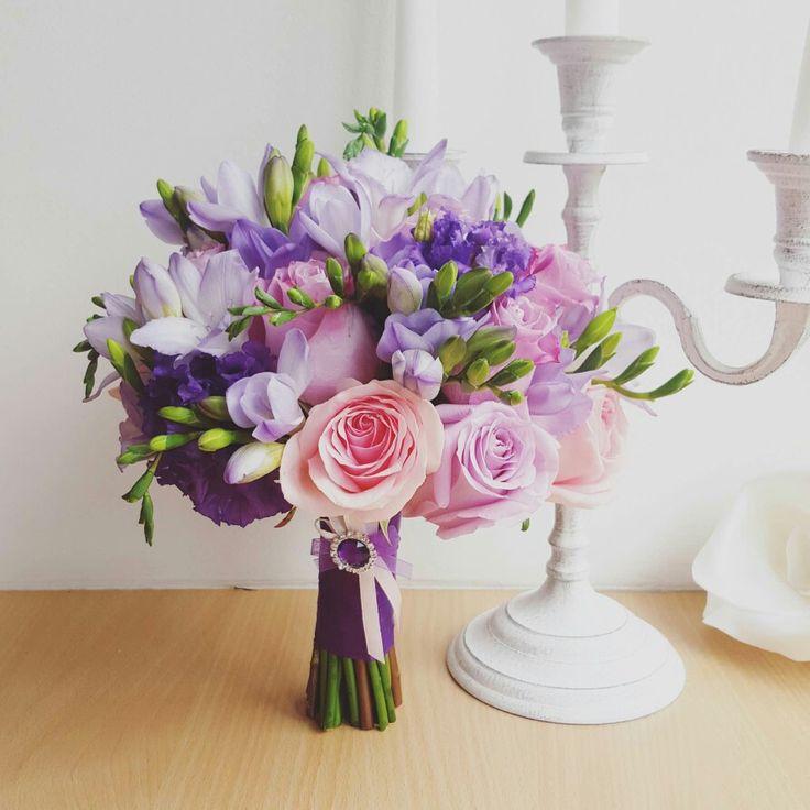 Свадебный букет в фиолетово-сиреневом цвете.