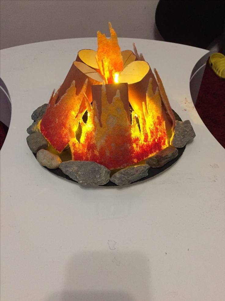Lagerfeuer basteln (aus Klopapierrollen, Flies, Lichterkette und Farbe