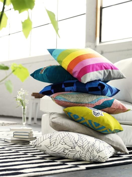 Αναζητήστε ένα μαξιλάρι με βασικό χρώμα που να ταιριάζει με τον υπόλοιπο χώρο, ένα έντονο μοτίβο που θα αναδείξει τον καναπέ σας ή απλά διαλέξτε αυτό που θα σας φτιάχνει τη διάθεση!