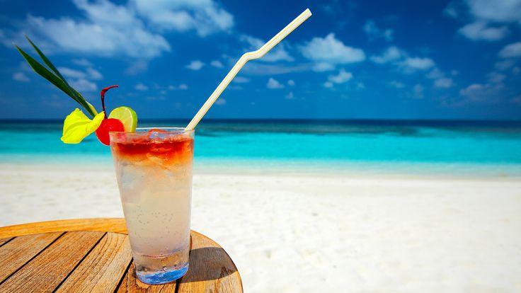 Wallpapers de vara - Imagini cu plaje si fete frumoase pe plaja