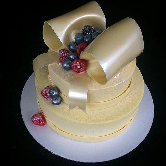 """#Repost @multitort: Этот торт был совсем не на свадьбу) хотя почему бы и нет) Торт в основном без красителей, только бант покрыт кандурином. Внутри """"Карамельная груша"""" внизу и """"Чёрная смородина/базилик/лайм"""" наверху. Вес 3,4 кг."""