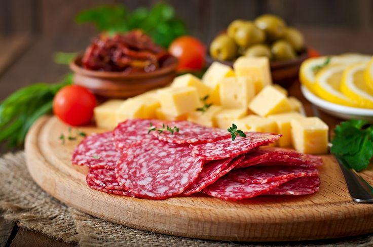 В Италии, откуда на сыродельню «Николаев и сыновья» пришёл рецепт «Латтерии Лефкадии», очень часто полутвёрдыe сыры сочетают не только с традиционным прошутто, но и остренькими салями. В северных областях, например, в регионе Эмилия-Романья, этот аппетайзер разбавляют ещё оливками и хлебом. Считается, что данная закуска лучше всего оттеняет вкус красных вин и возбуждает аппетит.