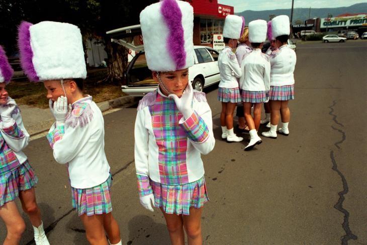 © Tamara Dean - Country show  2002  Dapto, New South Wales, Australie.  Une procession de petites filles s'apprête à ouvrir le spectacle agricole annuel de Dapto.