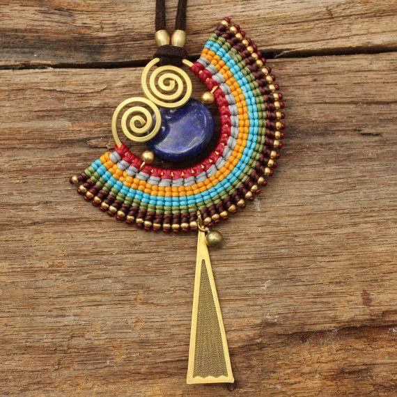 Collar tejido de algodón con detalles en latón y piedra preciosa del lapislázuli