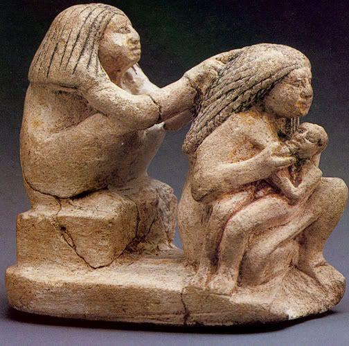 Группа из двух сидящих женщин, одна из которых кормит ребёнка, другая в это время заплетает ей волосы. Нью-Йорк, Метрополитен , известняк, 7,2 см, XII династия. Непосредственное кормление правой грудью (одна рука направляет грудь, другая поддерживает голову ребёнка)