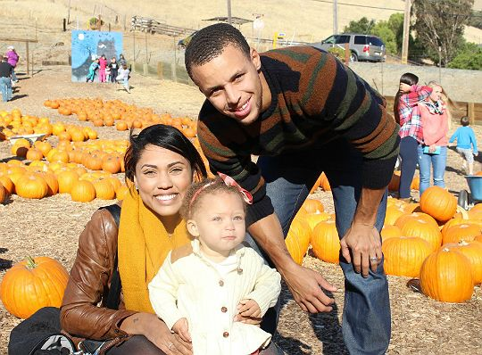 Stephen Curry Parents | STEPHEN CURRY AND FAMILY VISIT THE PUMPKIN PATCH