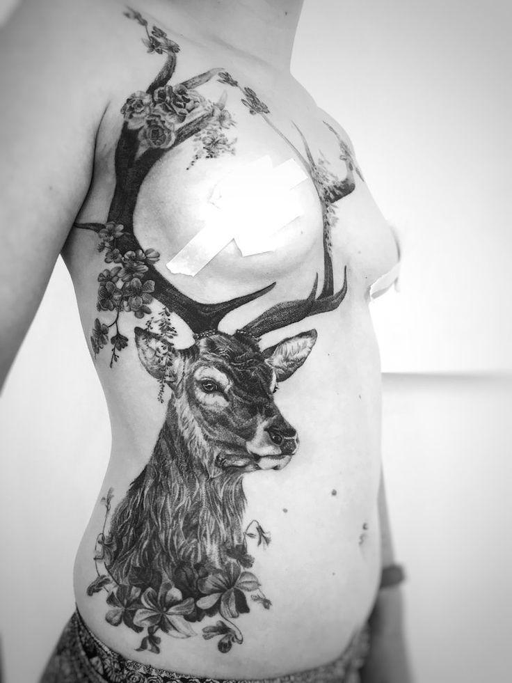 Realistisches Underboob Hirsch Tattoo für Frauen