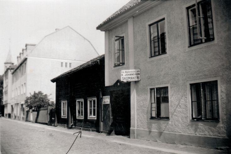 Klostergatan. Wetterbergska gården: En typisk hantverkaregård från andra delen av 1700-talet. Byggherre var glasmästaren Petter Wetterberg (1740-97). Byggnaden spritputsades på 1810-talet. På 1870-talet tillkom dels verandan dels de nuvarande portarna. År 1848-59 kunde den första kvinnliga lärarinnan i staden, mamsell Johanna Charlotta Kjelland, ha skolundervisning för åttio flickor - stadens första folkskola för flickor. Byggnaden utgjorde åren 1859-63 seminariets första lokaler i staden…