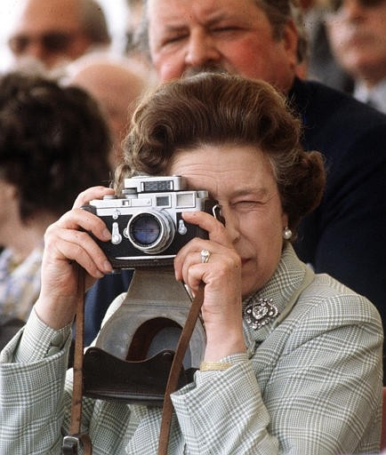 ❥ The Queen's Leica~ how cool is this to see a photo of the Queen of England taking photographs. Who knew... ;)