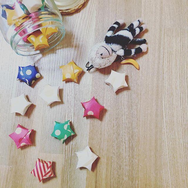幸せになれると話題のラッキースターは知っていますか?細く切った折り紙や、紙テープで折るお星さま型の折り紙なんです。海外では「origami lucky star」「origami star」と呼ばれ、1000個作ると幸せになれると言われているそうです!簡単に折れて可愛いので、ぜひ折ってみてくださいね。好きな柄のマスキングテープで作る方法もご紹介します。