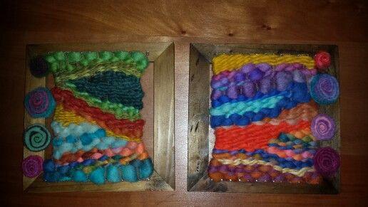 Telar enmarcado de 17x17 cm en lana de oveja 100% y vellón teñido a mano con pequeñas aplicaciones de fieltro en espiral.