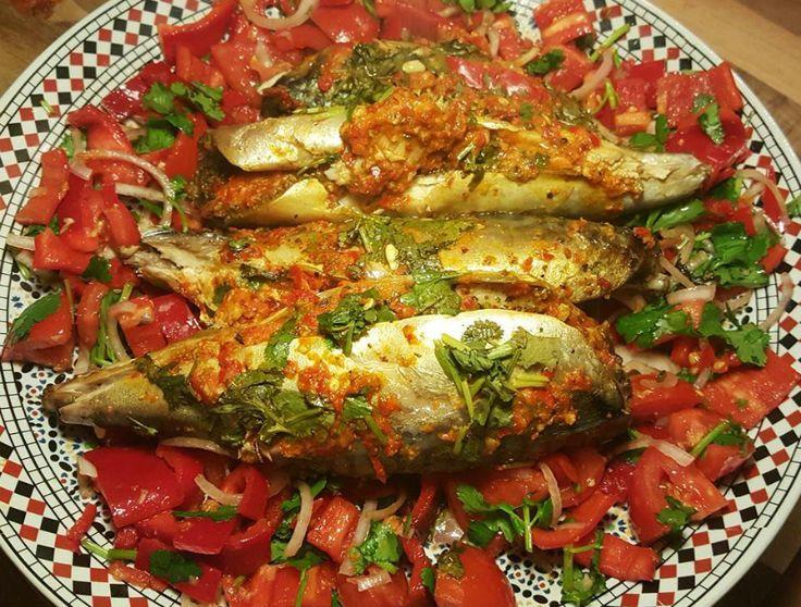 Antilliaanse Piska Kora! Wie nu nog durft te beweren dat vis eten saai is... Dit is een Antilliaans gerecht waarbij oorspronkelijk Roodbaars wordt gebruikt. Ik had hele makrelen in huis!