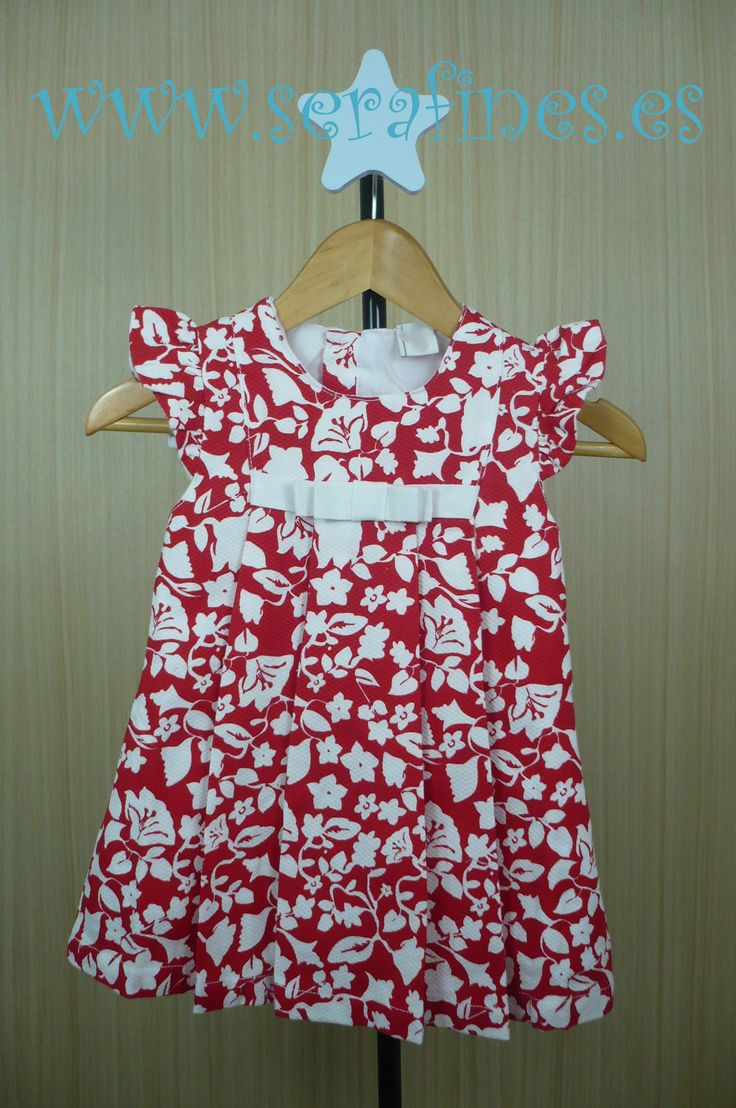 Vestido rojo de manga corta con detalle de flores blancas y lazo blanco