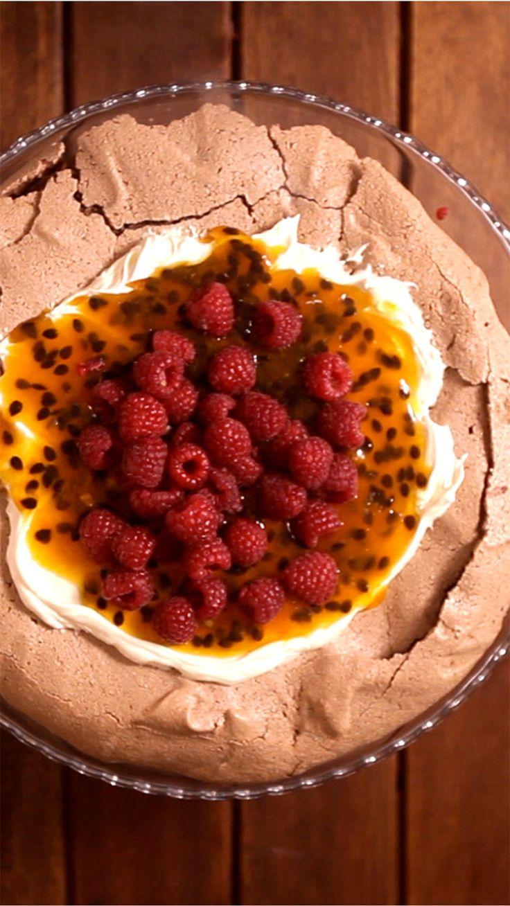 Essa pavlova de chocolate com maracujá e framboesa é a sobremesa perfeita para impressionar quem você ama.