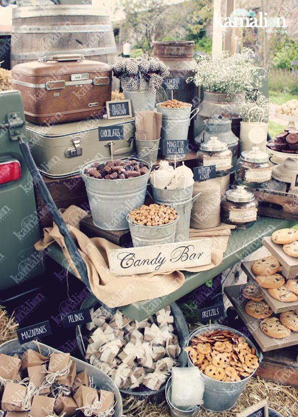 www.kamalion.com.mx - Mesa de Dulces / Candy Bar / Postres / Blanco / Brown / Crudo / Beige / white / Country / Rustic Decor / Decoración / Truck / Camioneta antigua / Boda / Wedding / Campirano / Paja / Barril / Carretes / Wood / Metal Tub / Cubetas. #candiedwedding