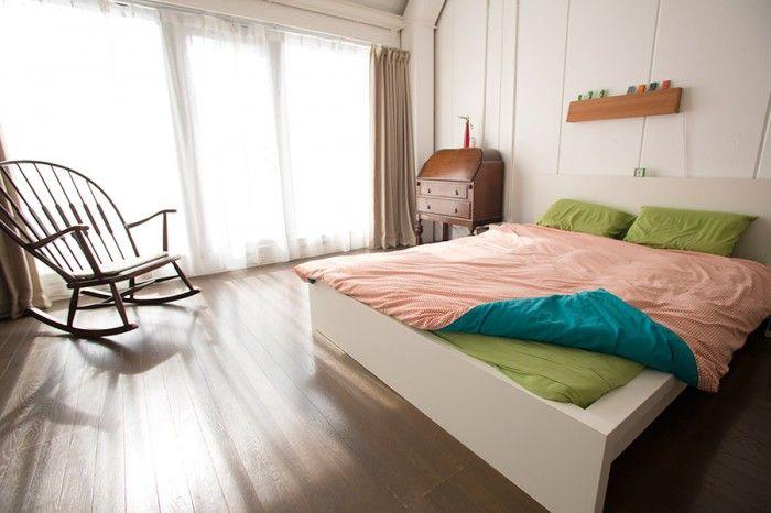 落ち着いた雰囲気のベッドルーム。ベッドのシーツ類は、裁縫も得意なジャニンヌさんが、日暮里で買ってきた生地で作った。