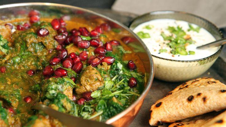 Saag gosht er den indiske favorittretten til mannen til Lise Finckenhagen. Hun lager en miks av løk og karripasta som blir en del av den gode sausen. Lammegryten kan lages dagen i forveien, men da må du vente med å ha i spinaten til middagen skal serveres.