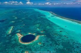 """El Gran Agujero Azul es un gran sumidero o """"agujero azul"""" de la costa de Belice. Se encuentra cerca del centro del arrecife Lighthouse, un pequeño atolón ubicado a 100 kilómetros de la costa continental y la Ciudad de Belice."""