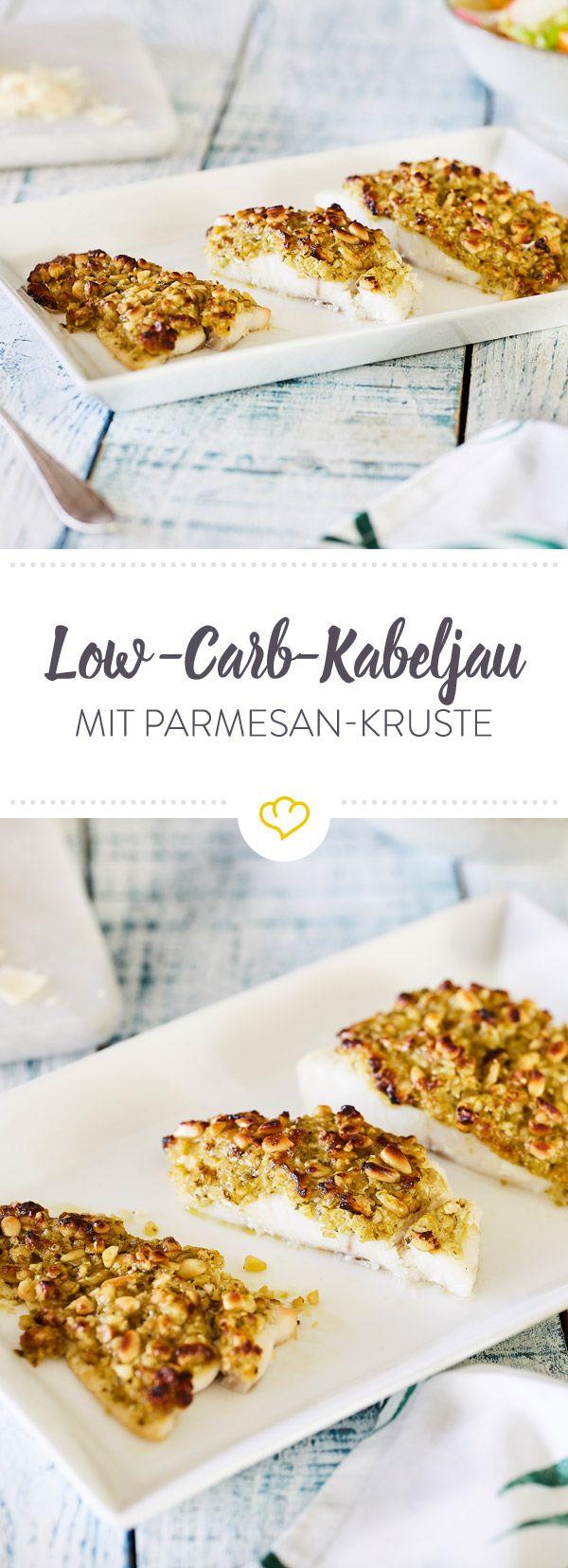 Deine Kruste braucht keine Semmelbrösel! Du überbackst dein Kabeljaufilet Low Carb: mit Pinienkernen, Pesto und Parmesan.