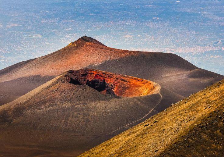 Du skal såmænd ikke særlig langt væk for at opleve spændende vulkaner. Etna på Sicilien i Italien er den højeste aktive vulkan i Europa! Det er fantastisk at vandre i det mørke lavasand på toppen af krateret, og hvis du mærker på jorden, kan du fornemme varmen fra vulkanens indre.