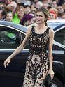 Analizamos los estilismos de la reina Letizia en su visita a Asturias - Como complementos optó por un sencillo bolso de mano y pendientes en forma de perla de tono azabache   Galería de fotos 2 de 17   Vanity Fair