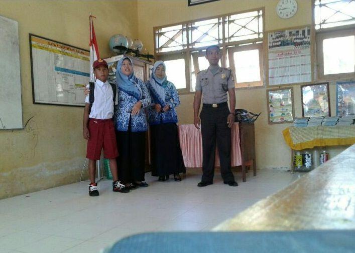 Hari Senin, Bhabinkamtibmas Polsek Banggae Majene Serentak Antar Anak Putus Sekolah Kembali Bersekolah