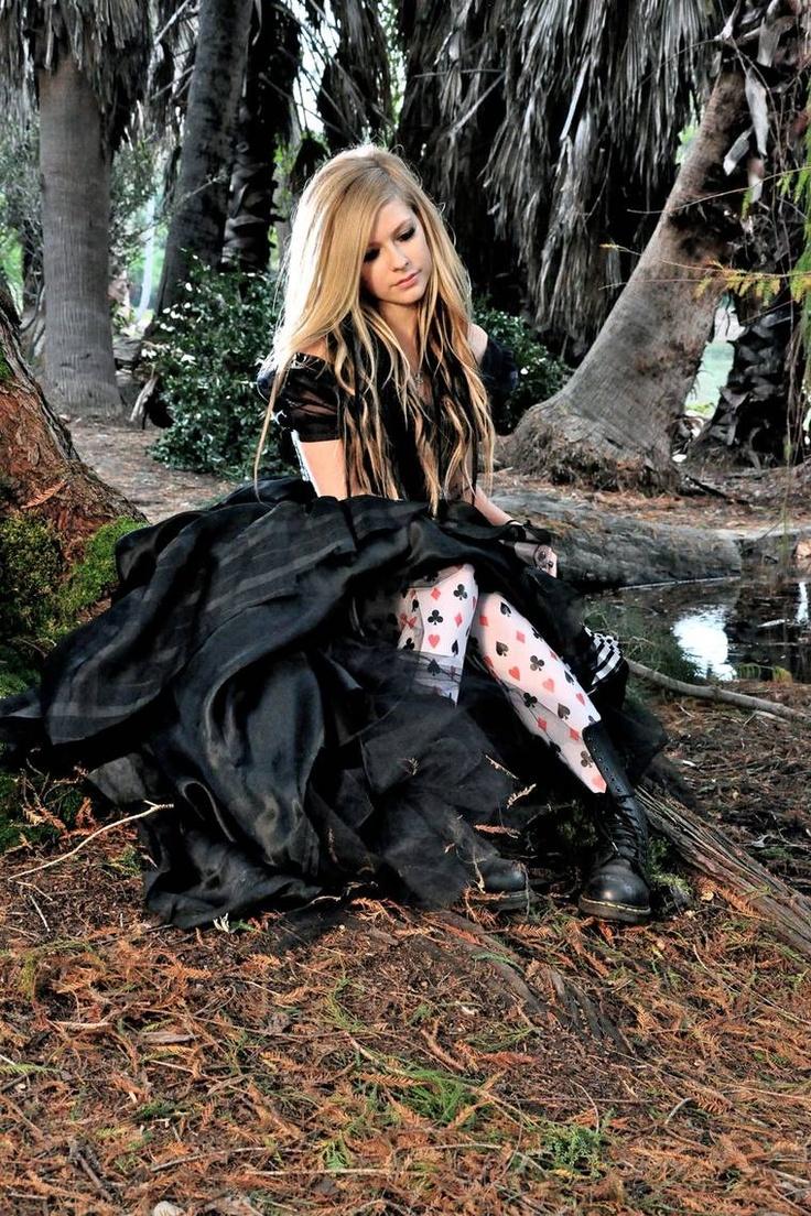 alice in wonderland music video!! love everything!!
