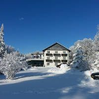 Hotel Winterberg Resort  Populair hotel aan de voet van de 'Kahler Asten'. Skilift met sneeuwkanonnen naast de deur.  EUR 54.00  Meer informatie  #vakantie http://vakantienaar.eu - http://facebook.com/vakantienaar.eu - https://start.me/p/VRobeo/vakantie-pagina