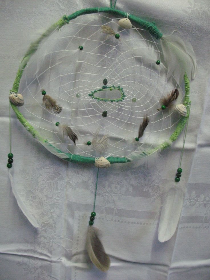 Licht en donker groene dromenvanger met 4 groene aventurijn edelsteentjes en 4 schelpen. Deze dromenvanger staat symbool voor het element water.