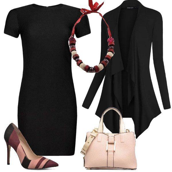 Un tubino nero classico, a manica corta viene proposto con un cardigan lungo Le scarpe sono delle décolleté a righe a più colori e la borsa è di un delicato color rosa. Una collana in seta e perline di legno e vetro completa l'abbinamento.