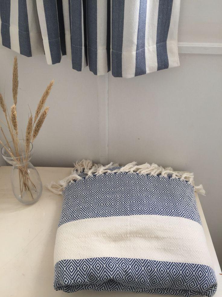 Plaid / bomuldstæppe KEY i blødt bomuld. Blå / OFF White. Brug det i sofaen, som sengetæppe eller strandtæppe.  Plaid KEY in soft cotton - blue / offwhite.  Use it for the couch, as bedcover or bring it to the beach.