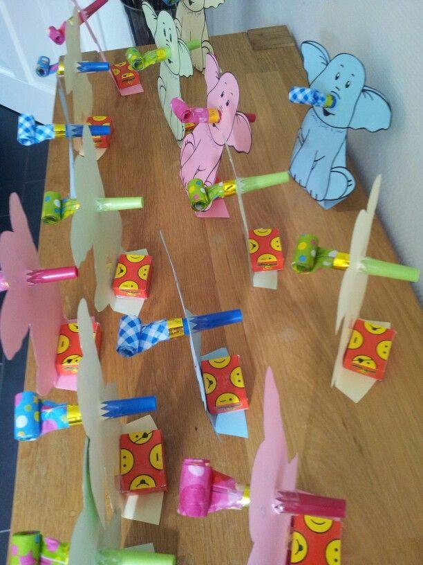 Traktatie: olifant met roltong als neus en doosje rozijnen aan de achterkant. Het doosje is met plakband gepakt op het omgevouwen gedeelte, zodat het geheel blijft staan. Suc6!