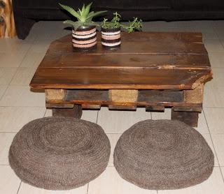 Mesa baja hecha con palet y maderas recuperadas.  2 puff tejidos con lana natural de oveja - Mamy a la obra