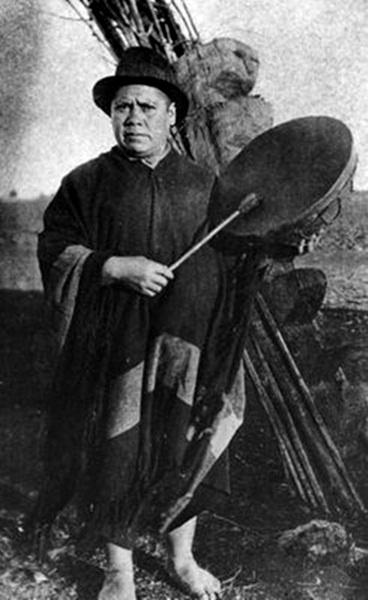 Mapuche Machi, shaman, with drum / Año 1890.