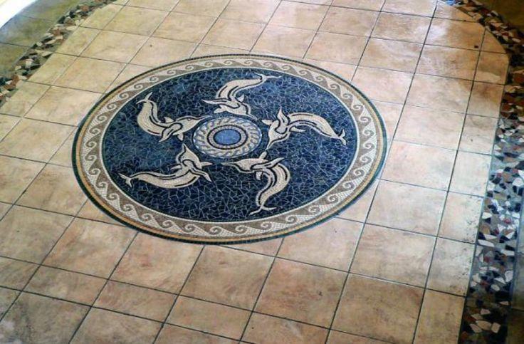 Wzór mozaiki w postaci tańczących delfinów wykonano z blisko 15 tys. elementów na indywidualne zamówienie klienta. Fot. RENE Usługi Remontowo-Budowlane